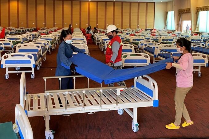 Quân đội Campuchia chuẩn bị giường cho bệnh nhân Covid-19 tại một hội trường tiệc cưới được chuyển thành bệnh viện dã chiến ở Phnom Penh ngày 11/4. Ảnh:AFP.
