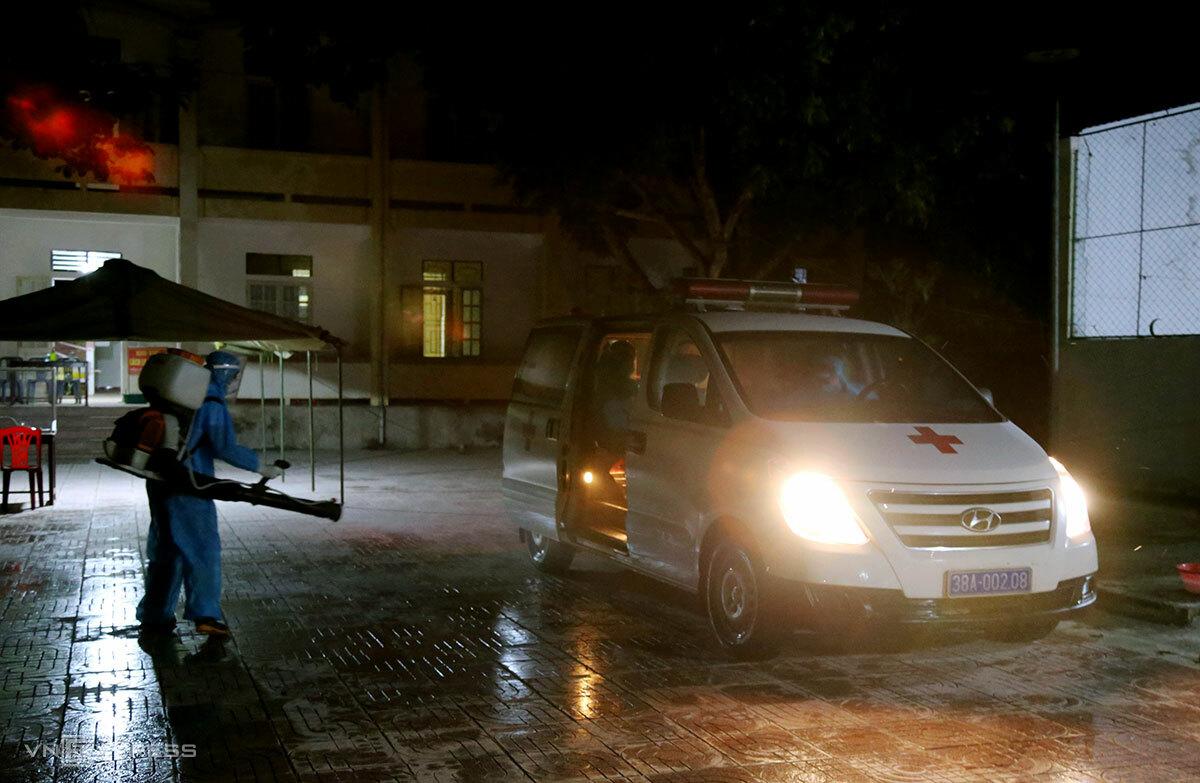 Xe chở ba bệnh nhân nhiễm nCoV đến Bệnh viện Đa khoa khu vực cửa khẩu Cầu Treo điều trị, tối 30/4. Ảnh: Đức Hùng