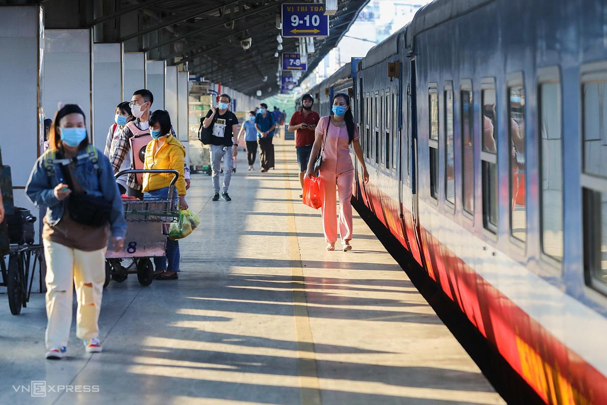 Hành khách tại ga Sài Gòn tháng 2/2021. Ảnh: Quỳnh Trần.