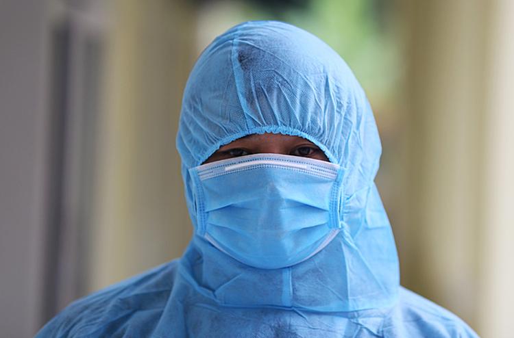 Bác sĩ trong trang phục bảo hộ trước khi vào khu vực cách ly bệnh nhân viêm phổi do nCoV tại Trung tâm Y tế huyện Tam Đảo, Vĩnh Phúc tháng 2/2020. Ảnh:Tất Định.