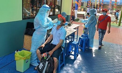 Nhân viên y tế lấy mẫu xét nghiệm ngẫu nhiên tại Công viên văn hóa Đầm Sen, quận 11. Ảnh: Trung tâm y tế quận 11