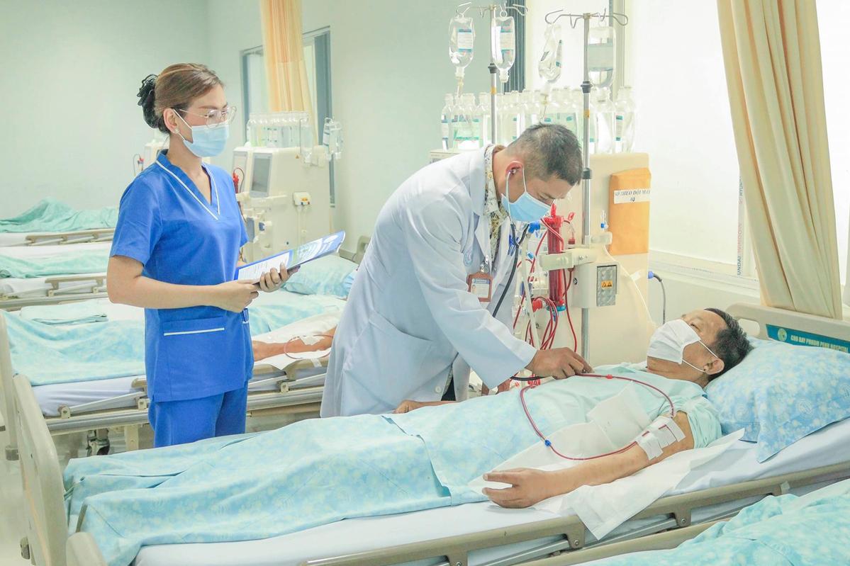 Bác sĩ thăm khám cho một bệnh nhân tại Bệnh viện Chợ Rẫy Phnom Penh. Ảnh: Bệnh viện cung cấp