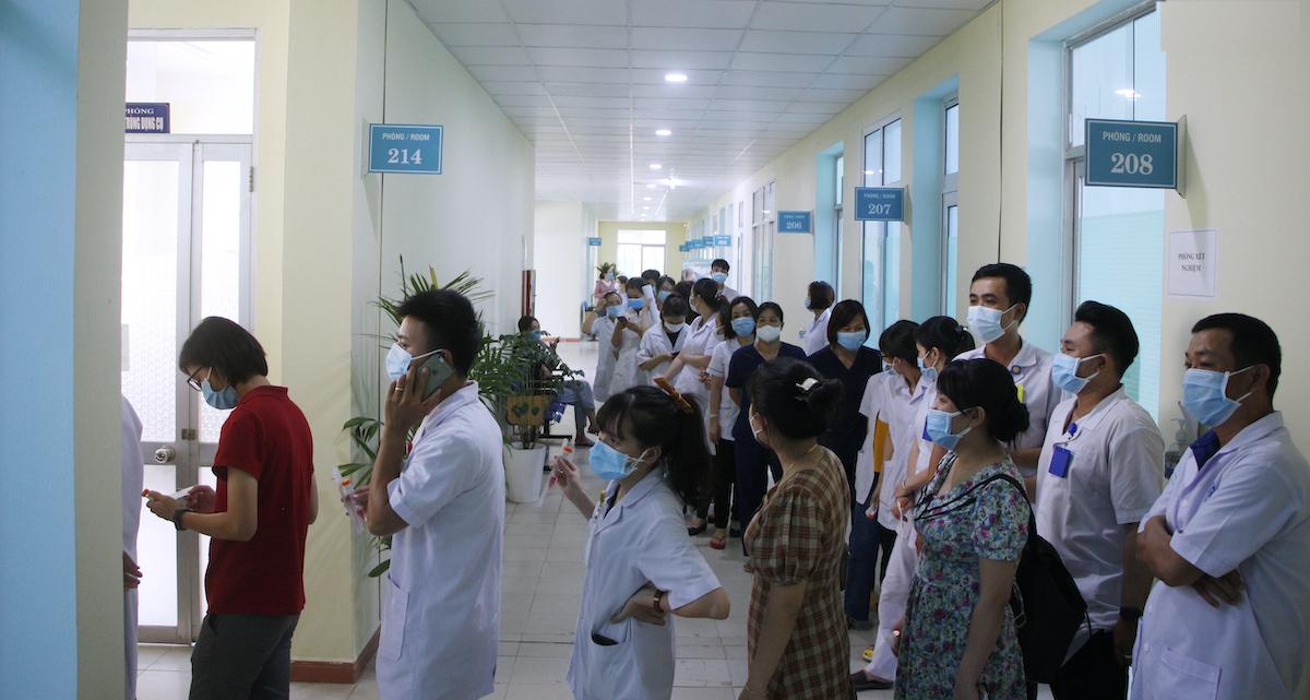 Nhân viên y tế của bệnh viện xếp hàng chờ lấy mẫu xét nghiệm. Ảnh: Hoàng Tuấn