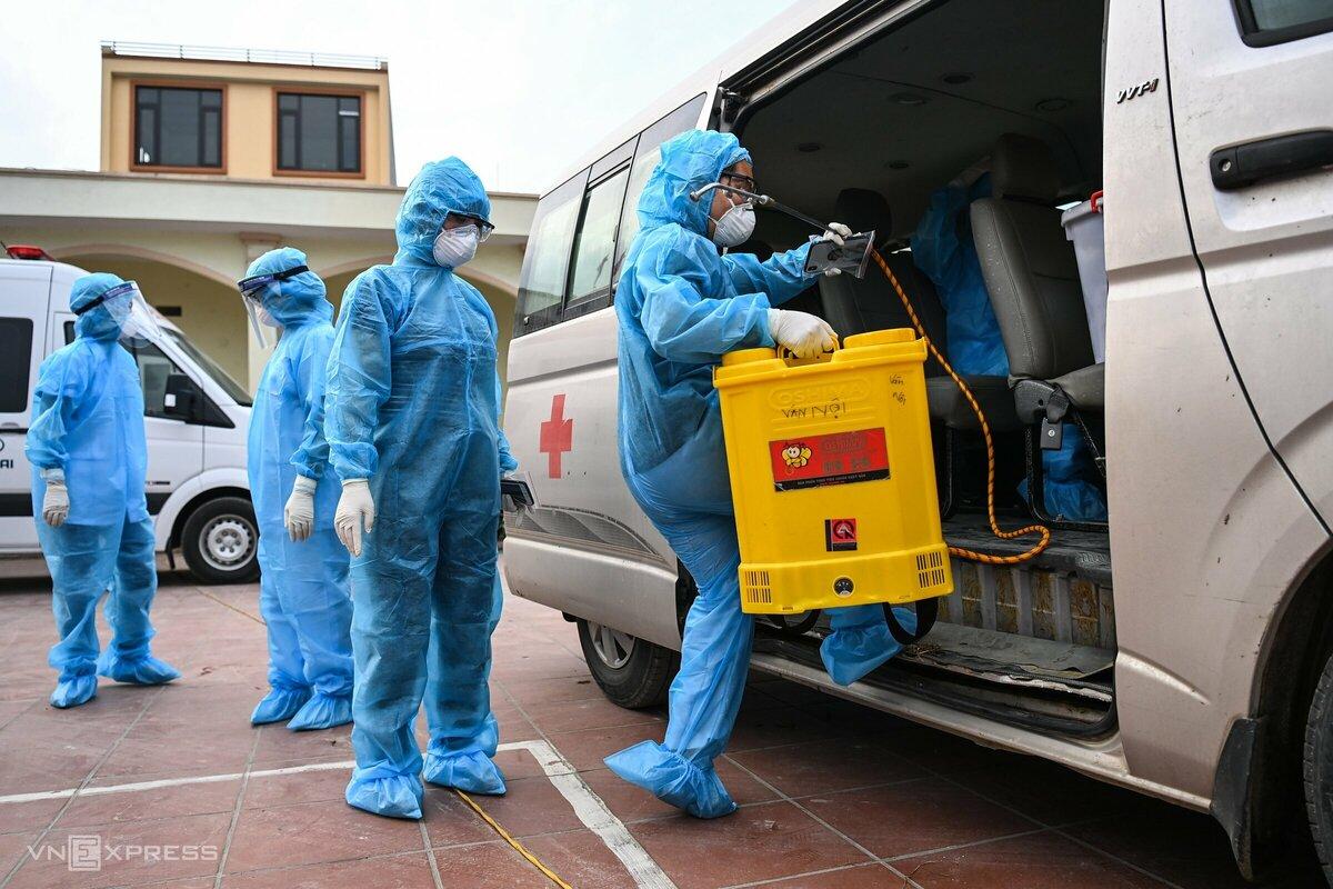 Lực lượng y tế phun khử khuẩn tại huyện Đông Anh, Hà Nội, ngày 3/5. Ảnh: Giang Huy.
