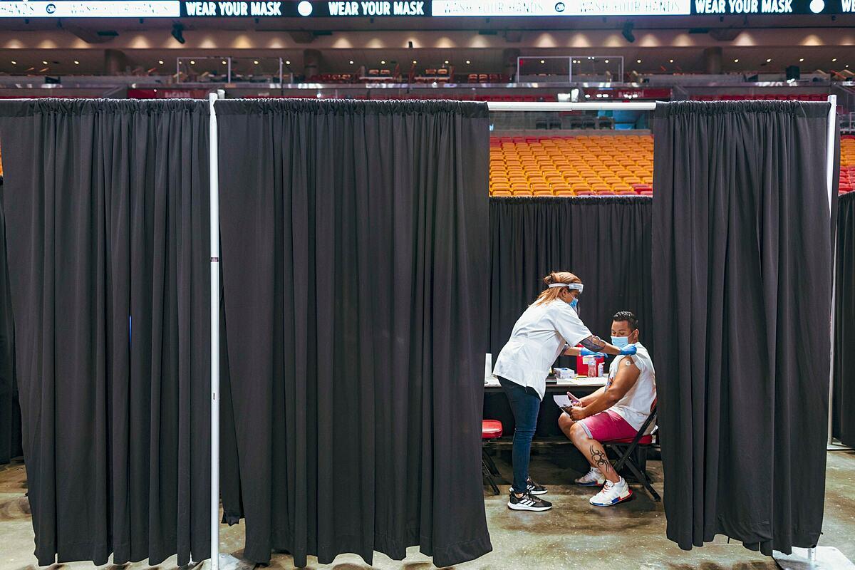 Một điểm tiêm chủng ở American Airlines Arena, Miami ngày 29/4. Ảnh: New York Times.