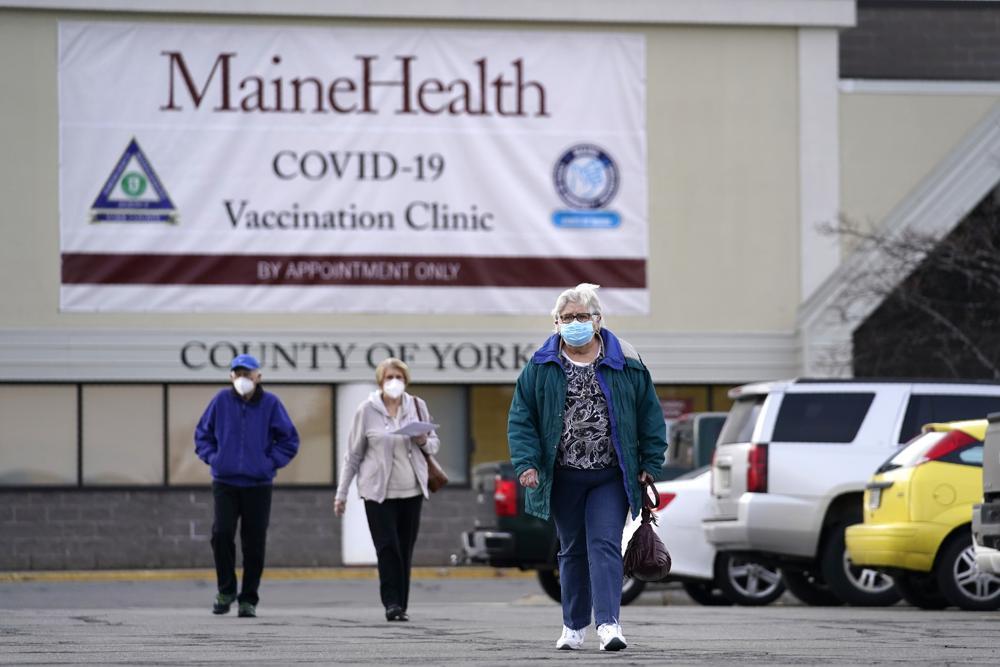 Những người cao tuổi rời khỏi điểm tiêm phòng Covid-19 tại một cửa hàng bách hóa cũ ở Sanford, Maine, ngày 3/3. Ảnh: AP.