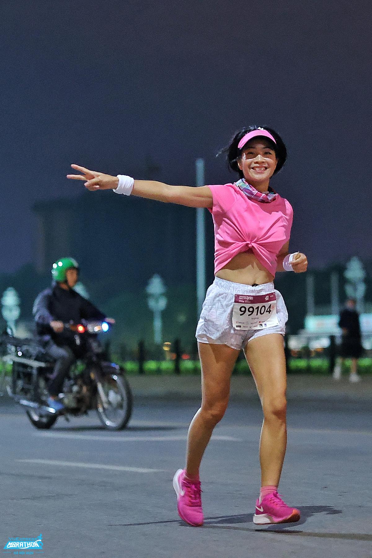 Chạy đêm phù hợp cho cả nữ giới. Ảnh: VnExpress Marathon.