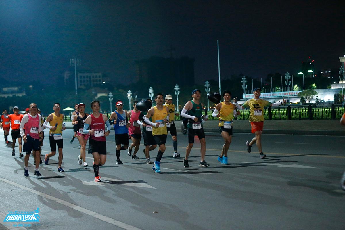 Vận động viên chạy đêm giải VnExpress Marathon Hanoi Midnight 2020. Ảnh: VnExpress Marathon.