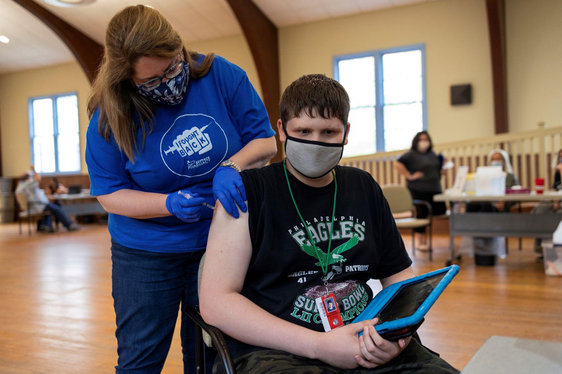 Thomas Macconnell, 16 tuổi, được tiêm vaccine Covid-19, ngày 29/4. Ảnh: Reuters