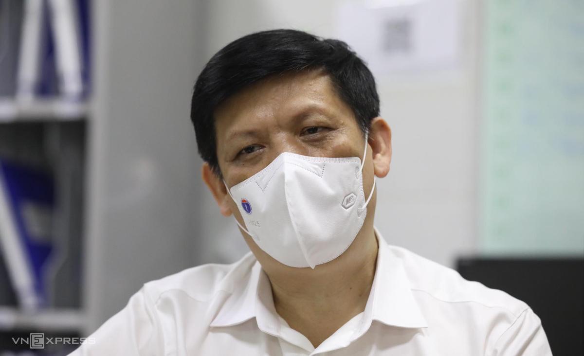 Bộ trưởng Y tế Nguyễn Thanh Long sau khi tiêm vaccine Covid-19 tại Bệnh viện Bạch Mai, sáng 6/5. Ảnh: Ngọc Thành.