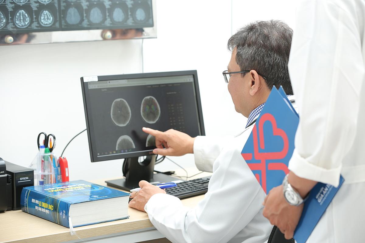 Bác sĩ Bệnh viện Gia An 115 xem kết quả bệnh nhân trên phần mềm RAPID. Ảnh do bệnh viện cung cấp.