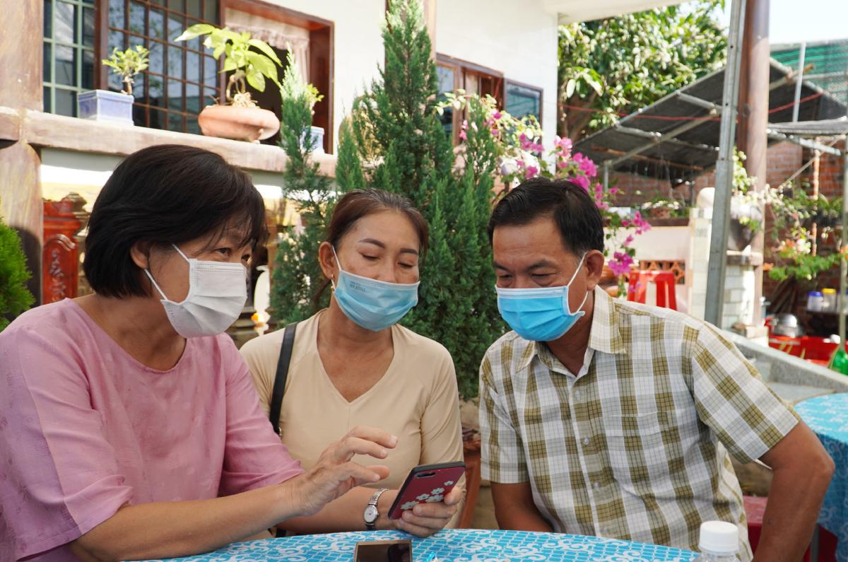 Bác sĩ Dư Thị Ngọc Thu, Đơn vị Điều phối ghép các bộ phận cơ thể người, Bệnh viện Chợ Rẫy (bìa trái) đến viếng anh Phúc và thăm hỏi gia đình, ngày 5/5. Ảnh: Bệnh viện cung cấp.