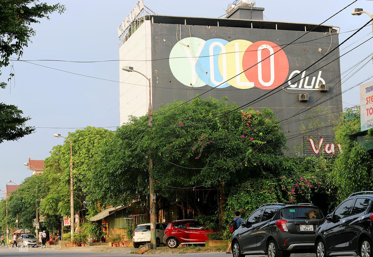 Quán Karaoke Yolo, đường Nguyễn Huy Oánh, TP Hà Tĩnh, nơi bệnh nhân tái dương tính nCoV từng ghé qua, tối 29/4. Ảnh: Đức Hùng