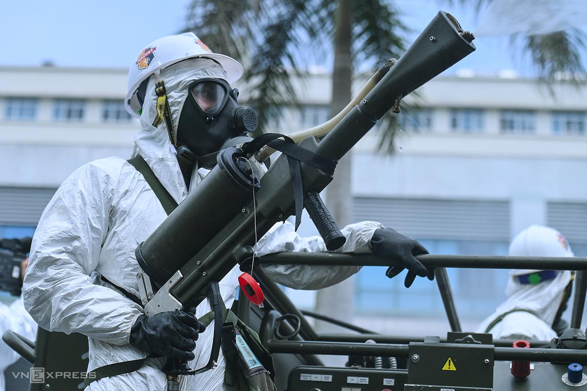 Binh chủng hoá học, Bộ Quốc phòng tiến hành phun khử trùng toàn bộ Bệnh viện Bệnh nhiệt đới Trung ương cơ sở Đông Anh, Hà Nôi, ngày 6/5. Ảnh: Giang Huy.