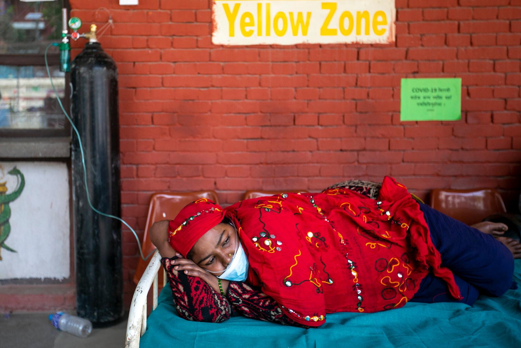 Bệnh nhân được thở oxy bên ngoài khu cấp cứu của một bệnh viện ở Kathmandu, Nepal, ngày 1/5. Ảnh: AP
