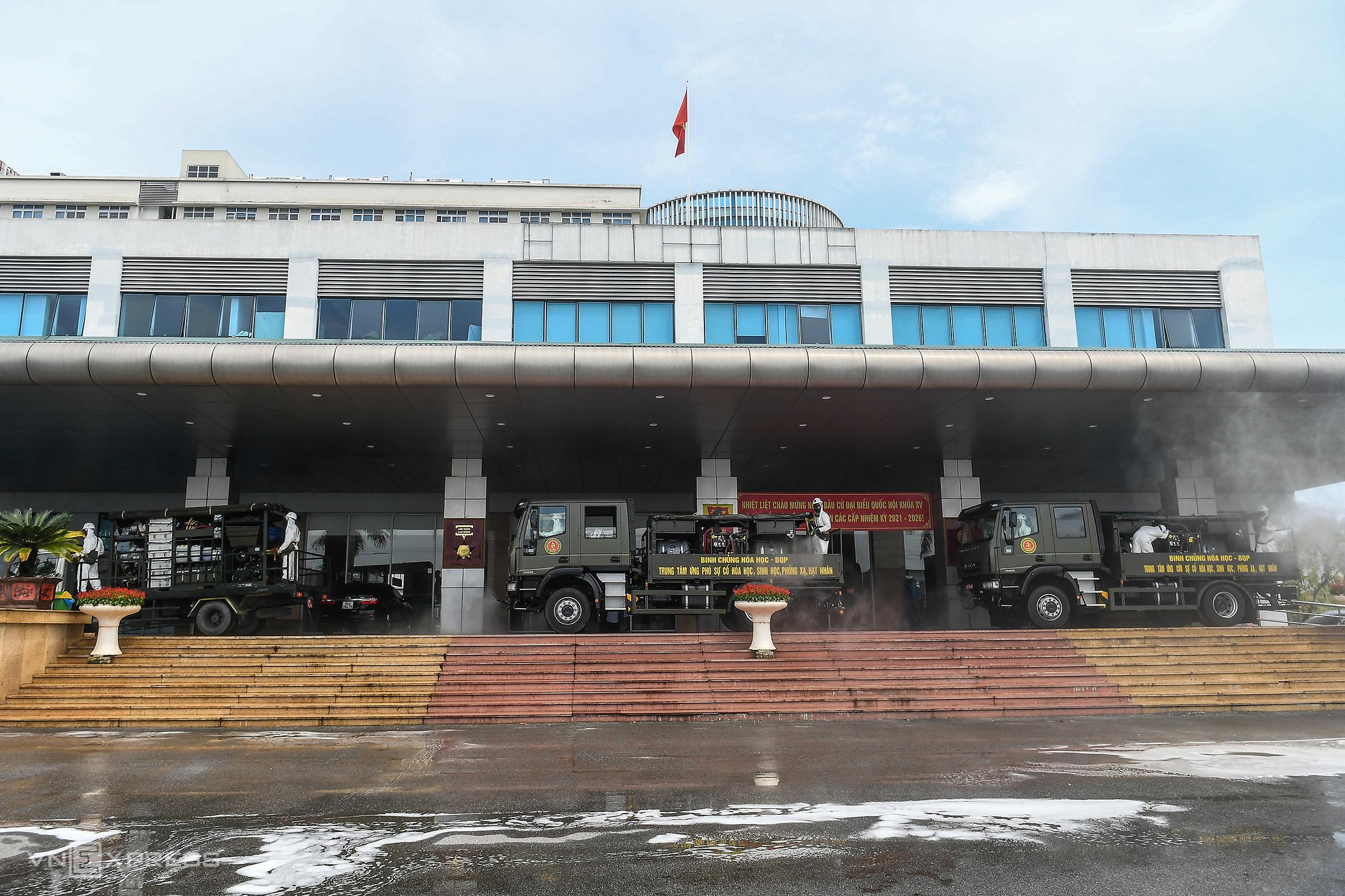 Binh chủng hoá học, bộ quốc phòng tiến hành phun khử trùng toàn bộ Bệnh viện Bệnh nhiệt đới Trung ương cơ sở Kim Chung, ngày 6/5. Ảnh: Giang Huy.