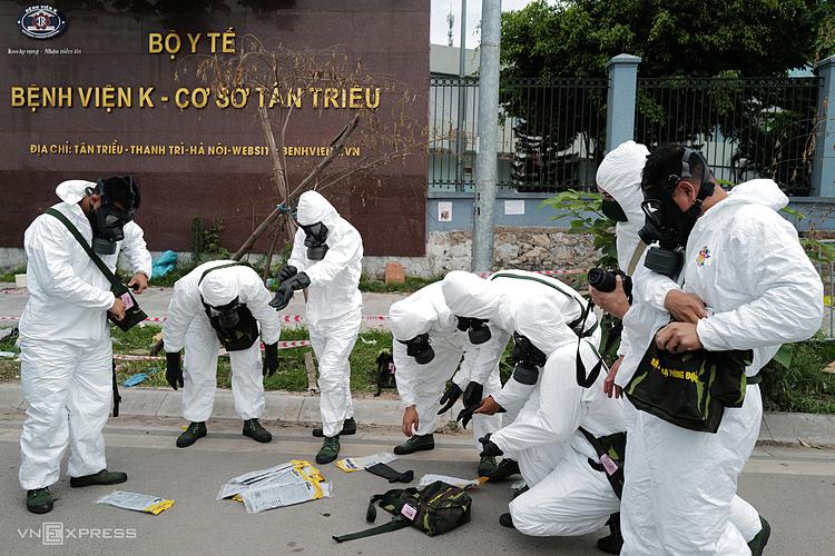 Cơ quan chức năng phun khử khuẩn tại Bệnh viện K. Ảnh: Ngọc Thành