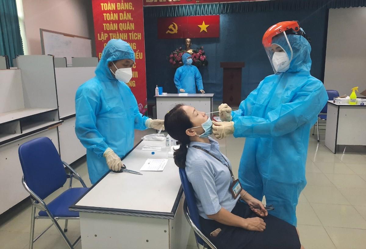Bệnh viện Ung Bướu lấy mẫu tầm soát Covid-19 cho một nhân viên làm việc tại bệnh viện ngày 7/5. Ảnh: Bảo Tuấn