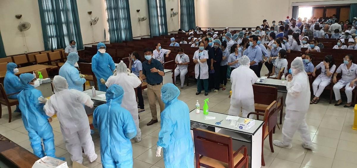 Bệnh viện Ung Bướu TP HCM tổ chức lấy mẫu cho nhân viên y tế và bệnh nhân ngày 7/5. Ảnh: Bảo Tuấn