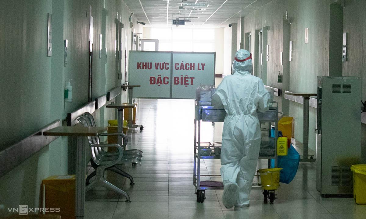 Điều dưỡng chuẩn bị thuốc và lấy mẫu xét nghiệm người bệnh Covid-19, Bệnh viện Bệnh nhiệt đới Trung ương  Ảnh: Chi Lê.