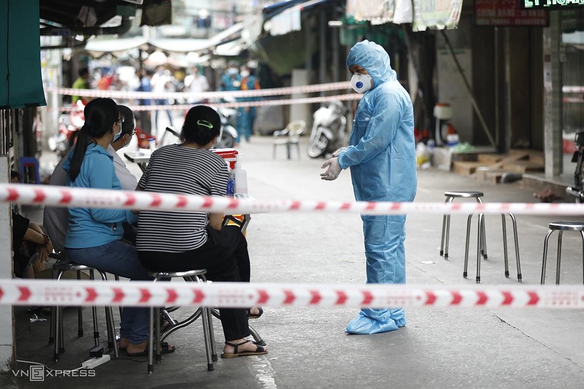 Cơ quan y tế đến lấy mẫu xét nghiệm người dân ở chợ Hồ Thị Kỷ, trưa 7/5. Ảnh: Hữu Khoa.