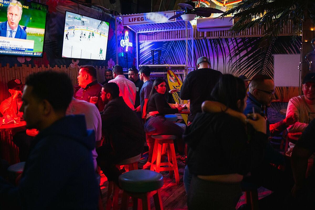 Mọi người chen chúc nhau tại một quán bar ở El Paso, Texas, Mỹ, hồi tháng 3. Ảnh: NYT