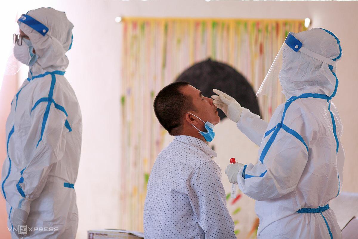 Nhân viên y tế lấy mẫu xét nghiệm tại quận Sơn Trà, ngày 7/5. Ảnh: Nguyễn Đông.