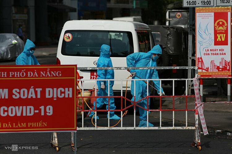 Nhân viên y tế phun khử khuẩn khu vực vũ trường New Phương Đông, nơi ca nghi nhiễm làm việc. Ảnh: Nguyễn Đông.