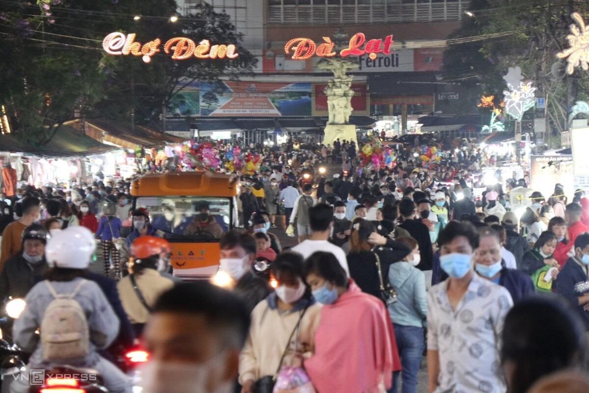 Tình trạng đông đúc ở chợ đêm Đà Lạt diễn ra liên tục từ 29/4 đến 1/5 năm nay. Ảnh: Khánh Hương.