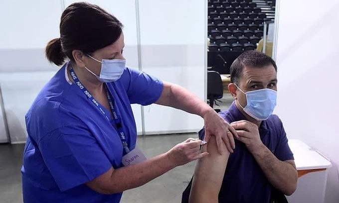 Một người tiêm vaccine AstraZeneca ở Anh ngày 29/3. Ảnh:Reuters.