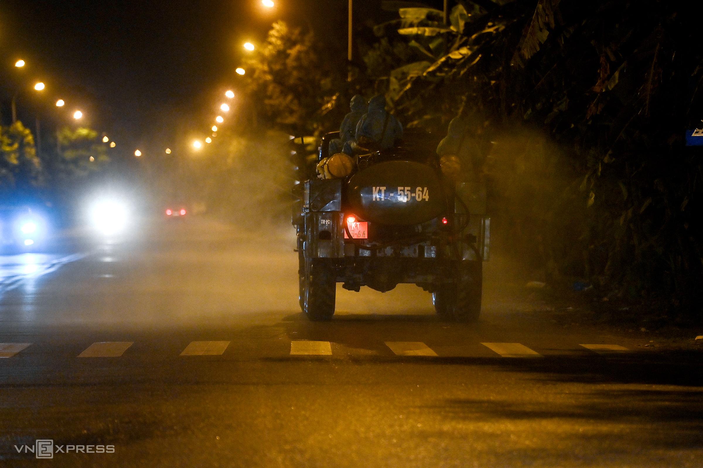 Quân đội phun khử khuẩn xã Kim Sơn, huyện Gia Lâm, Hà Nội, đêm 9/5. Ảnh: Giang Huy.