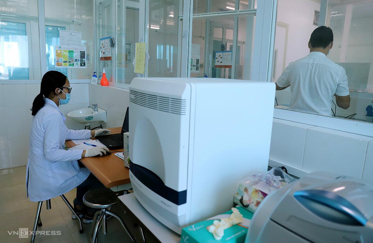 Phân tích mẫu xét nghiệm nCoV tại Hà Tĩnh. Ảnh: Đức Hùng