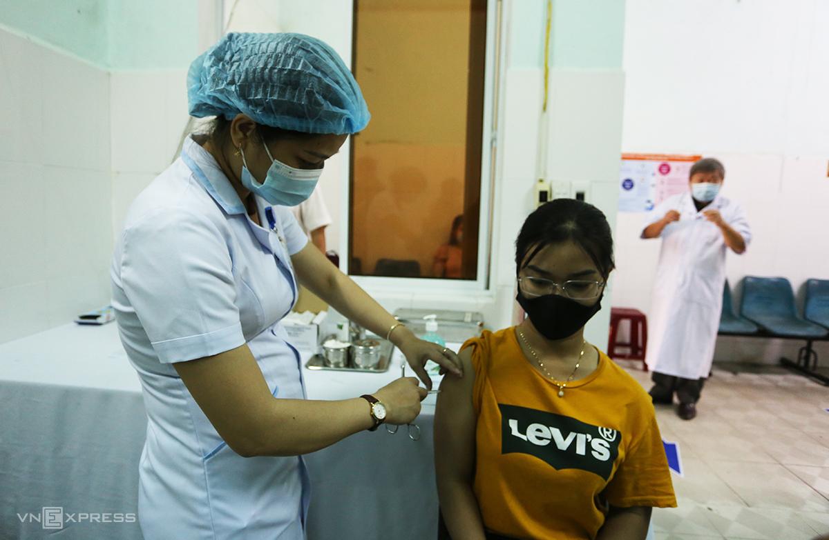 Một nhân viên y tế được tiêm vaccine Covid-19. Ảnh: Đắc Thành.