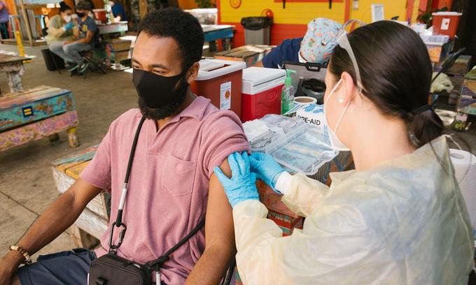 Người đàn ông được tiêm vaccine ngừa Covid-19 tại điểm tiêm chủng ở Miami, Mỹ, hôm 8/5. Ảnh:WSJ.