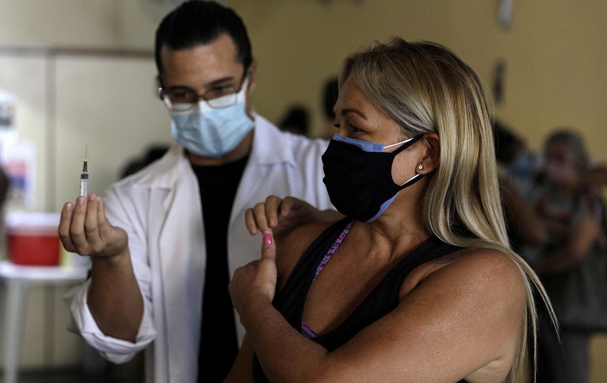 Một phụ nữ ở Rio de Janeiro, Brazil được tiêm vacicne AstraZeneca ngày 26/4. Ảnh: Reuters