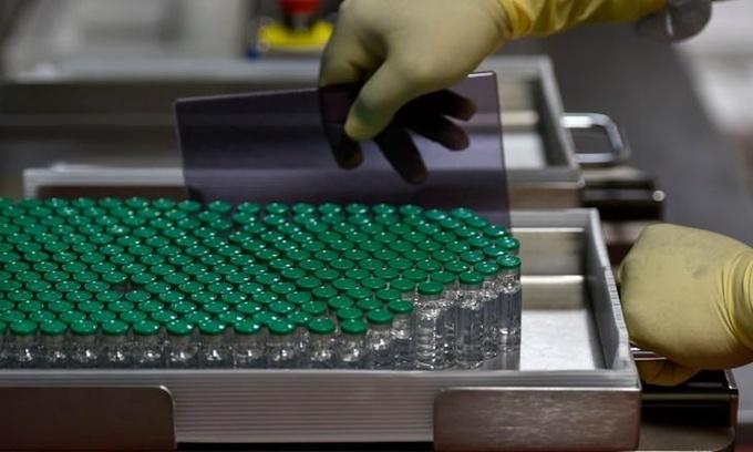Các lọ vaccine Covid-19 trong phòng thí nghiệm tại Viện Huyết thanh Ấn Độ hồi tháng 1. Ảnh: AFP.