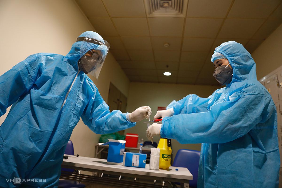 Nhân viên y tế sau khi lấy mẫu xét nghệm covid-19 tại Sân bay Tân Sơn Nhất. Ảnh: Hữu Khoa