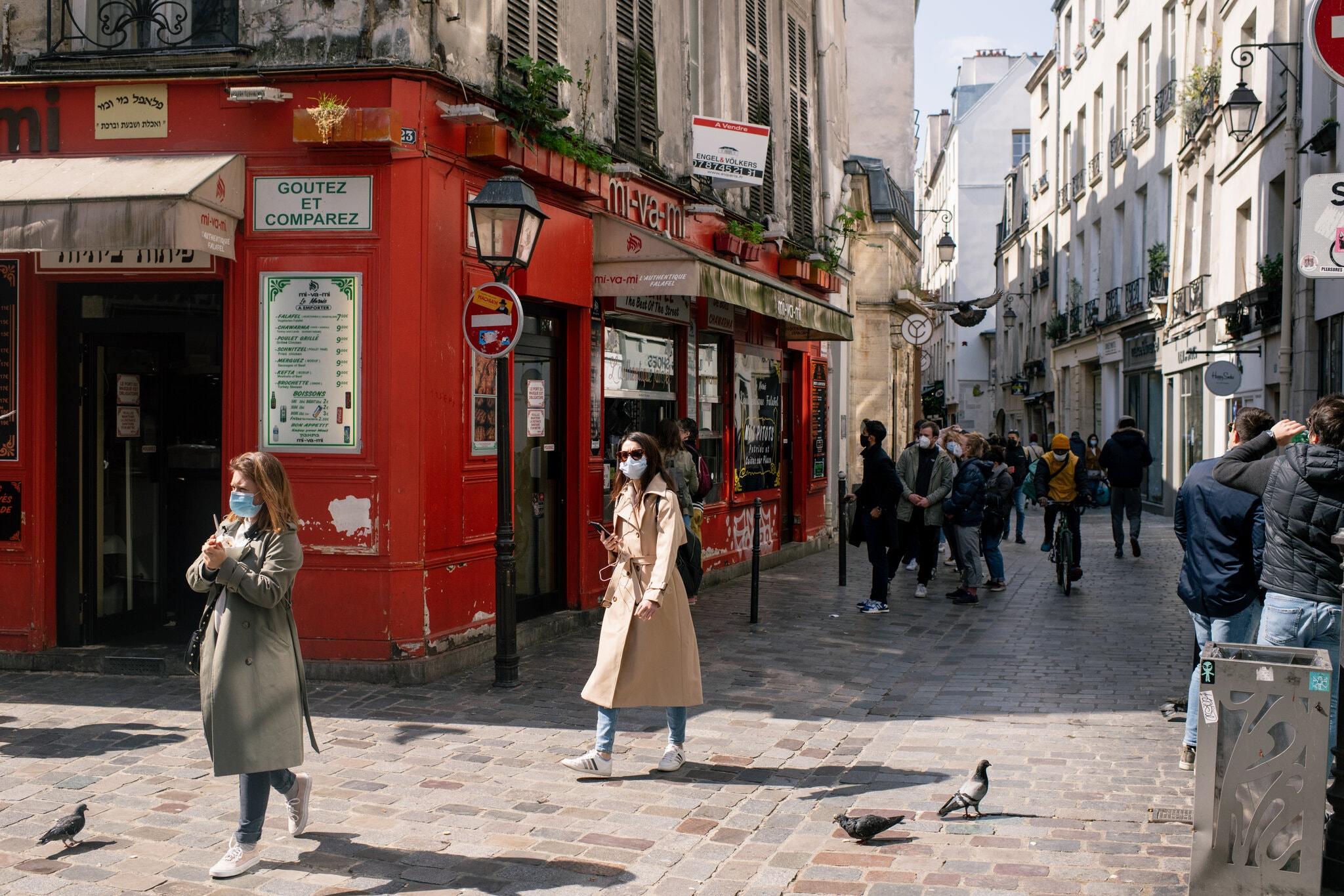Người dân đi lại ở trung tâm Paris, Pháp hồi đầu tháng 4/2021. Ảnh: NY Times