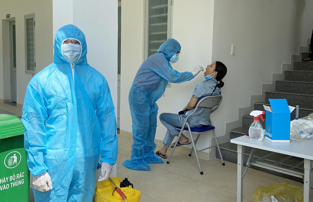 Nhân viên y tế Quảng Nam, lấy mẫu xét nghiệm sáng 9/5 tại thi xã Điện Bàn. Ảnh: Đắc Thành.