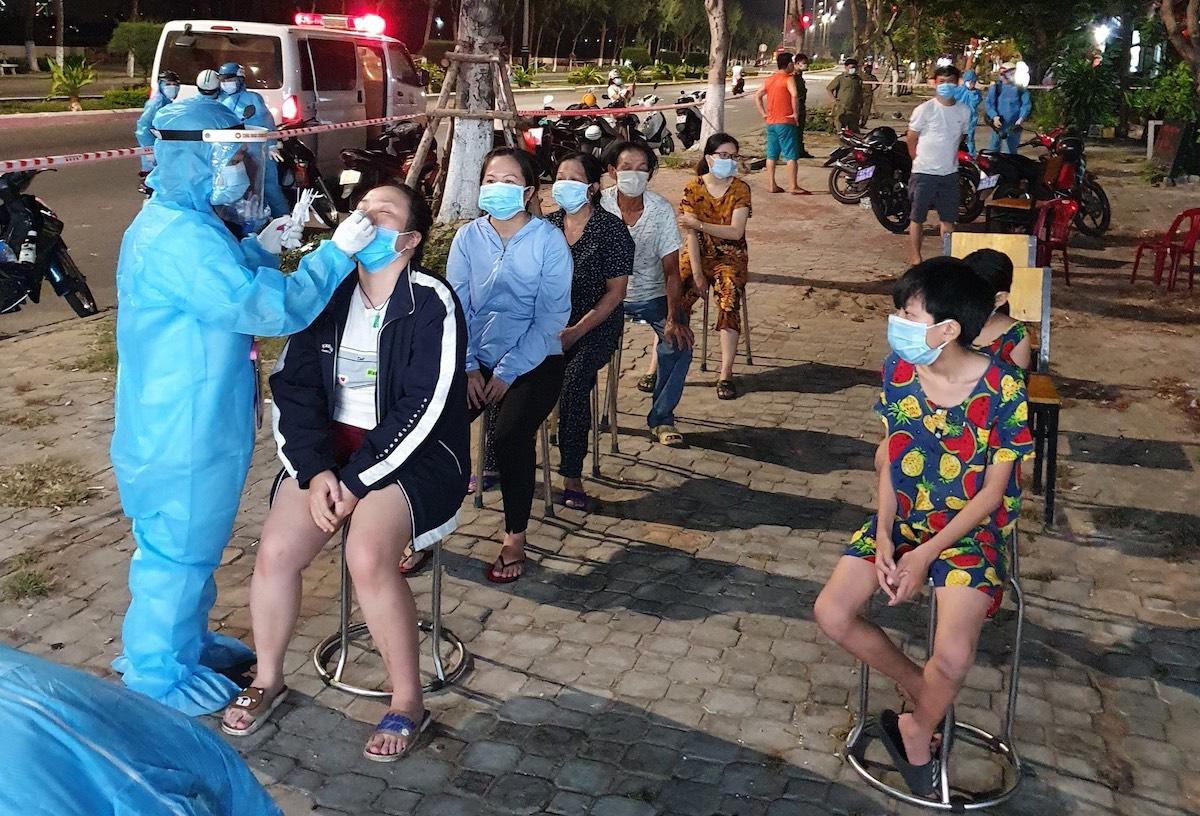 Nhân viên y tế lấy mẫu xét nghiệm người dân xung quanh khu công nghiệp đêm 11/5. Ảnh: Khánh Hưng