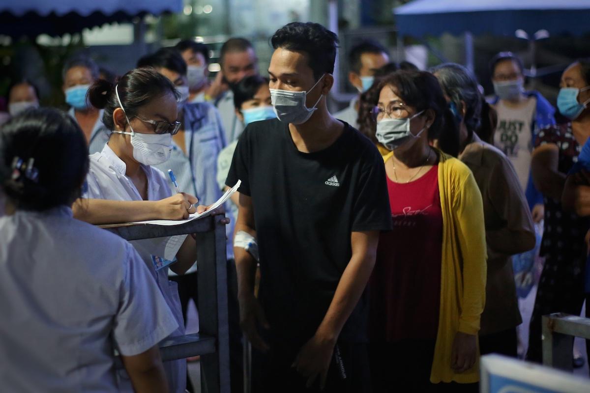 Bệnh viện Thành phố Thủ Đức tiến hành ghi danh sách bệnh nhân và người nhà bệnh nhân để chuẩn bị lấy mẫu đêm 12/5. Ảnh: Hữu Khoa