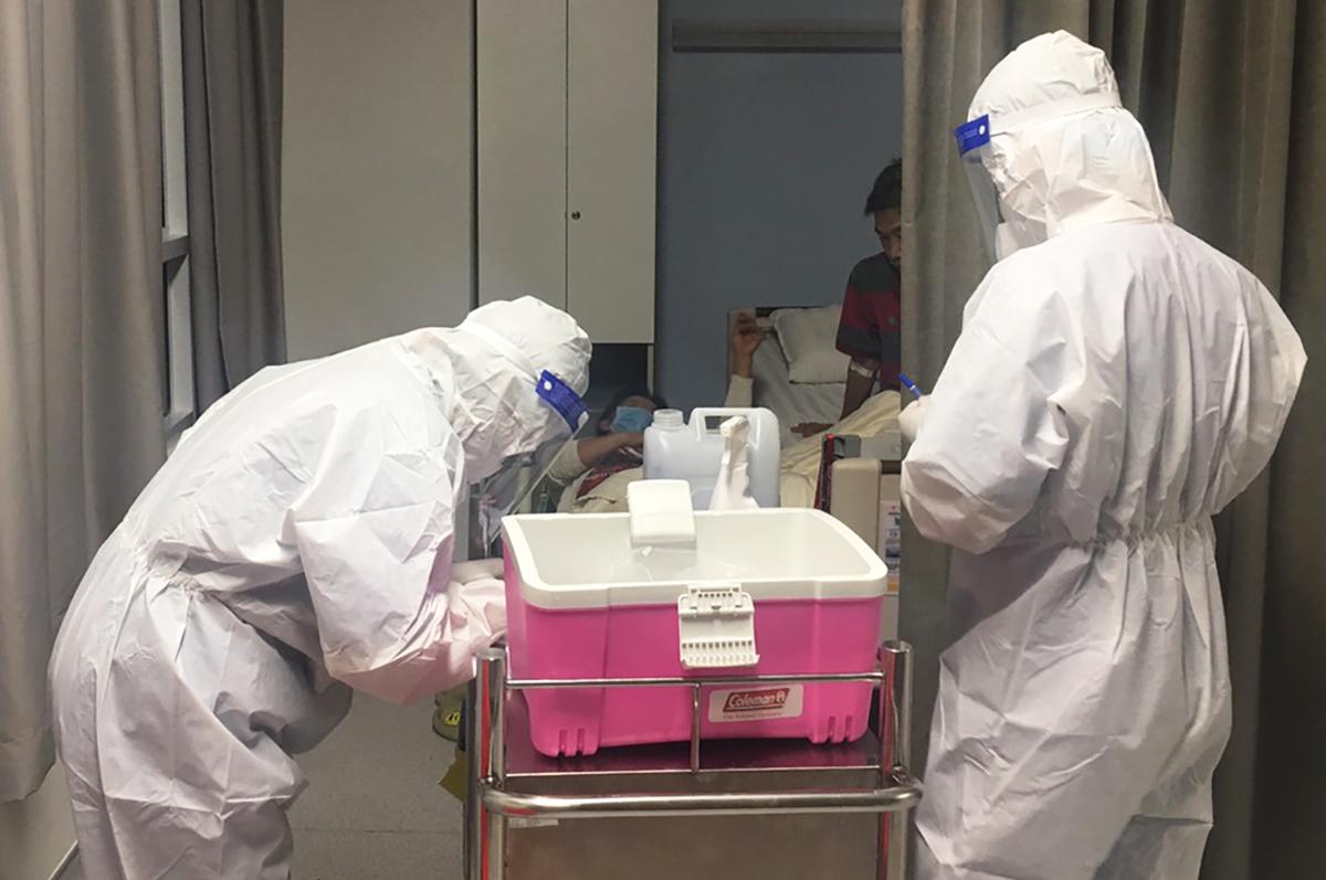 Nhân viên Bệnh viện Gia An 115 đến phòng bệnh lấy mẫu sàng lọc Covid-19, đêm 12/5. Ảnh do bệnh viện cung cấp.hơn 300 mẫu