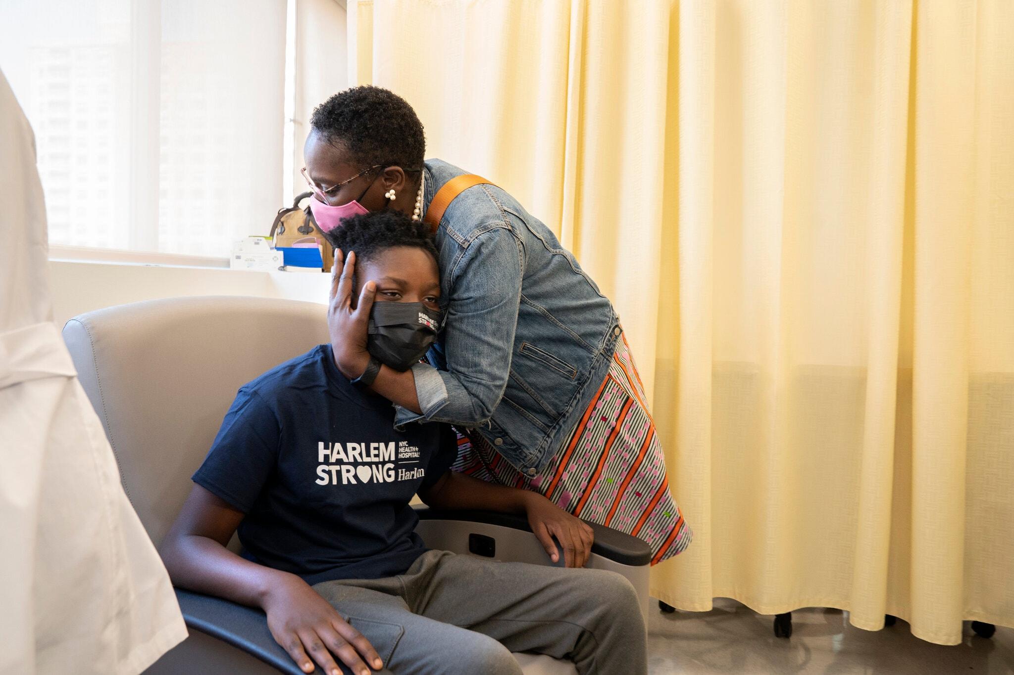 Julian Boyce, 14 tuổi, và mẹ là Satrina Boyce tại Trung tâm Bệnh viện Harlem, Manhattan sau khi hoàn thành mũi vaccine đầu tiên, ngày 13/4. Ảnh: NY Times