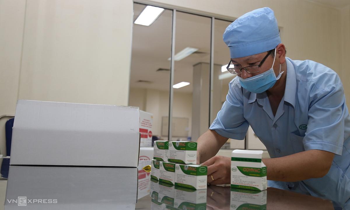 Cán bộ Viện IVAC chuẩn bị các hộp vaccine Covivac tại Nha Trang, Khánh Hòa. Ảnh: Xuân Ngọc.