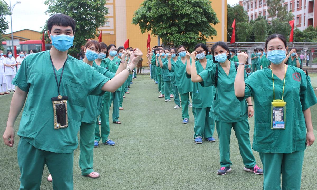 Nhân viên y tế Bệnh viện Việt Nam Uông Bí Thuỵ Điển sẵn sàng lên đường chi viện Bắc Giang chống dịch. Ảnh: Bệnh viện cung cấp