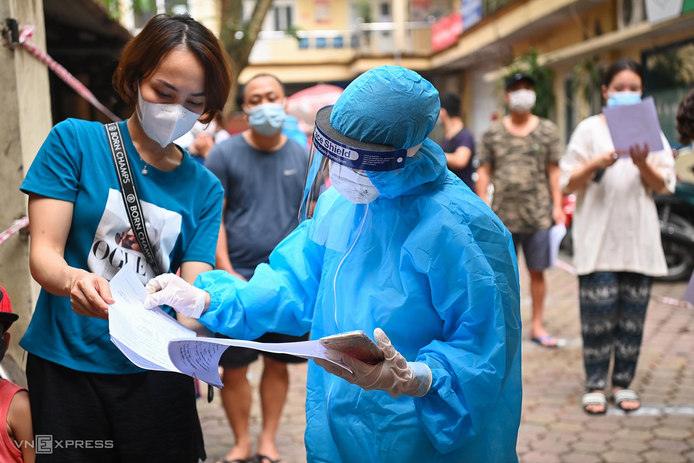 Trung tâm Y tế quận Hoàn Kiếm, Hà Nội lấy mẫu xét nghiệm cho 400 người đi du lịch Đà Nẵng, ngày 15/5. Ảnh: Giang Huy.