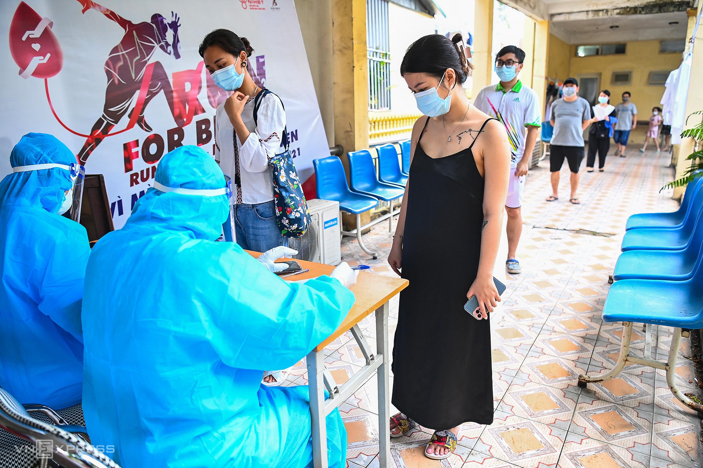 Trung tâm Y tế quận Hoàn Kiếm, Hà Nội lấy mẫu xét nghiệm cho người dân về từ Đà Nẵng, ngày 15/5. Ảnh: Giang Huy.