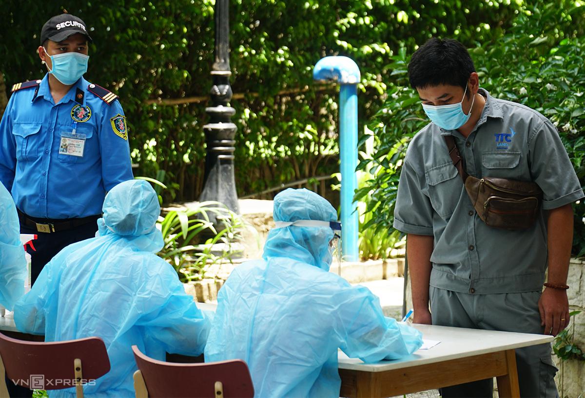 Nhân viên y tế điều tra dịch tễ, lấy mẫu xét nghiệm nơi bệnh nhân cư trú tại chung cư Sunview ở phường Hiệp Bình Phước, TP Thủ Đức, sáng 18/5. Ảnh: Mỹ Lê.