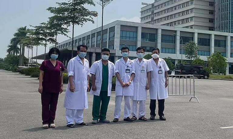 Nhóm bác sĩ của Bệnh viện Phổi Trung ương tại Bệnh viện Bệnh nhiệt đới sáng 19/5. Ảnh: BVCC.