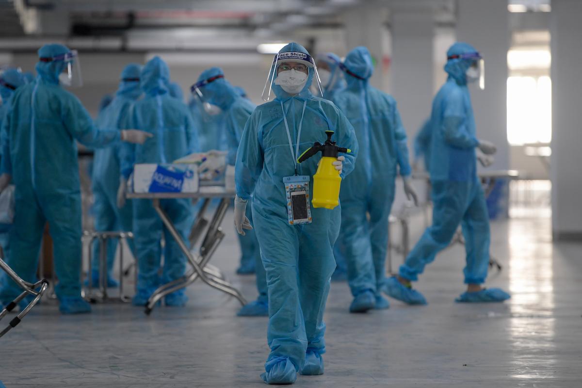 Nhân viên y tế lấy mẫu xét nghiệm công nhân KCN Quang Châu, huyện Việt Yên, Bắc Giang, ngày 15/5/2021. Ảnh: Giang Huy